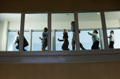 Empresarios que corren abajo de vestíbulo Fotos de archivo