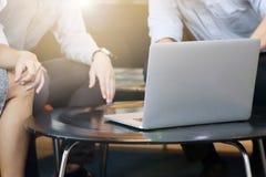 Empresarios que discuten delante del ordenador portátil Imágenes de archivo libres de regalías
