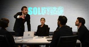 Empresarios que discuten en la reunión almacen de metraje de vídeo