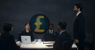 Empresarios que discuten en la reunión metrajes