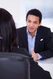 Empresarios que discuten en oficina Imagen de archivo libre de regalías