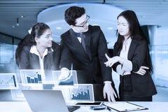 Empresarios que discuten estadísticas financieras imagenes de archivo
