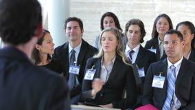 Empresarios que escuchan el Presidente en la conferencia almacen de metraje de vídeo