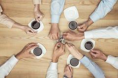 Empresarios que fuman en descanso para tomar café en el tablero de la mesa de madera Imágenes de archivo libres de regalías