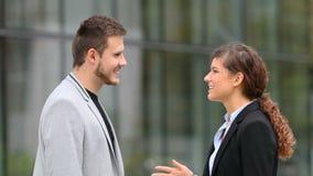 Empresarios que hablan en la calle