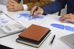 Empresarios que hacen frente a la idea del diseño, inversor profesional que elabora en la oficina para el nuevo proyecto del comi imagen de archivo libre de regalías
