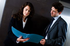 Empresarios que leen el documento Foto de archivo libre de regalías