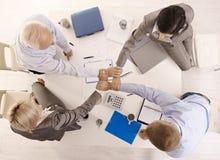 Empresarios que llevan a cabo las manos unidas Imagen de archivo