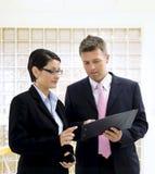 Empresarios que miran documentos Imagen de archivo libre de regalías