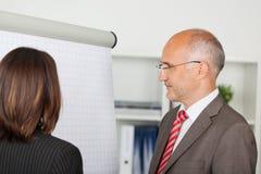 Empresarios que miran el flipchart Foto de archivo