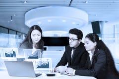 Empresarios que miran la carta de crecimiento financiera foto de archivo libre de regalías