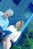 Empresarios que repasan un fichero fuera del tinte azul imágenes de archivo libres de regalías