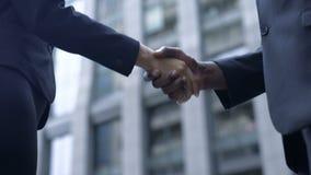 Empresarios que sacuden las manos, la cooperación y la confianza, sociedad, acuerdo almacen de video