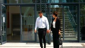 Empresarios que salen de la oficina