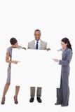 Empresarios que señalan en la muestra en blanco Imagenes de archivo