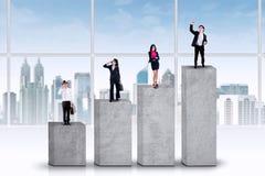Empresarios que se colocan en gráfico de negocio imagen de archivo