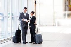 Empresarios que se encuentran en el aeropuerto Fotos de archivo