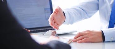 Empresarios que se sientan en el escritorio en oficina businesspeople imágenes de archivo libres de regalías