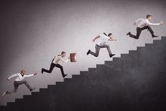 Empresarios que suben las escaleras Fotos de archivo libres de regalías