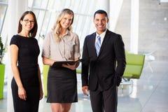 Empresarios que tienen reunión informal en oficina moderna Fotos de archivo