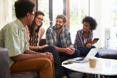 Empresarios que tienen reunión informal en oficina moderna fotos de archivo libres de regalías