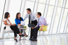 Empresarios que tienen reunión en oficina moderna Fotografía de archivo