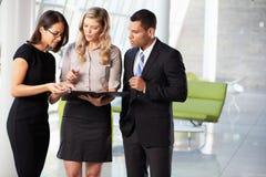 Empresarios que tienen reunión informal en oficina moderna Foto de archivo
