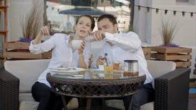 Empresarios que tienen tiempo libre junto en café imagen de archivo libre de regalías