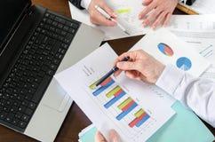 Empresarios que tienen una discusión sobre informe financiero Fotos de archivo