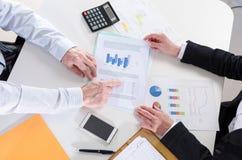 Empresarios que tienen una discusión sobre informe financiero Imagenes de archivo