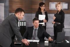 Empresarios que trabajan en el escritorio Foto de archivo libre de regalías