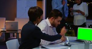 Empresarios que trabajan en el ordenador portátil en la sala de conferencias en oficina almacen de video