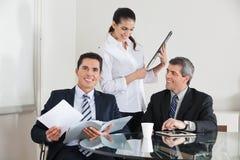 Empresarios que trabajan en la oficina Imagen de archivo libre de regalías