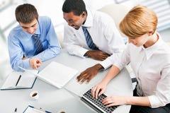 Empresarios que trabajan en la reunión foto de archivo