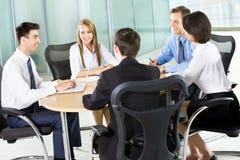 Empresarios que trabajan en la reunión Fotos de archivo