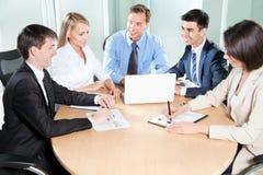 Empresarios que trabajan en la reunión Foto de archivo libre de regalías