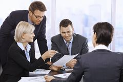 Empresarios que trabajan en oficina