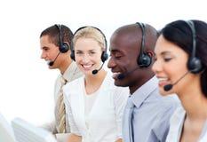 Empresarios que trabajan en un centro de atención telefónica Imagen de archivo libre de regalías