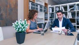 Empresarios que trabajan junto en la tabla en oficina Imagen de archivo