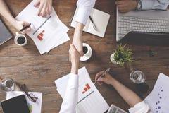 Empresarios que trabajan junto en oficina imagenes de archivo