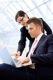 Empresarios que usan la computadora portátil Imagenes de archivo