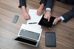 Empresarios que usan la tableta Imágenes de archivo libres de regalías