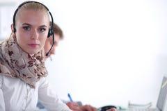 Empresarios y colegas jovenes positivos atractivos en una oficina del centro de atención telefónica businesspeople foto de archivo