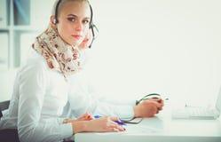 Empresarios y colegas jovenes positivos atractivos en una oficina del centro de atención telefónica businesspeople imágenes de archivo libres de regalías