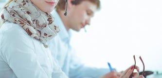 Empresarios y colegas jovenes positivos atractivos en una oficina del centro de atenci?n telef?nica businesspeople imagen de archivo libre de regalías