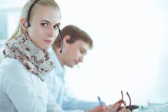 Empresarios y colegas jovenes positivos atractivos en una oficina del centro de atenci?n telef?nica businesspeople imágenes de archivo libres de regalías