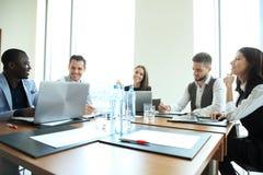 Empresarios y hombres de negocios de la conferencia en sala de reunión moderna imágenes de archivo libres de regalías