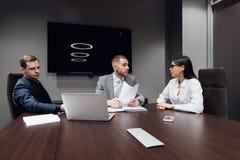 Empresarios y hombres de negocios de la conferencia en sala de reuni?n moderna fotos de archivo