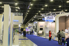 Empresas diferentes das decorações no salão de exposição Imagens de Stock Royalty Free