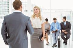 Empresários na frente da entrevista de espera dos povos Imagem de Stock